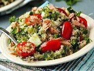 Здравословна салата табуле от киноа, домати и магданоз с авокадо и риба тон